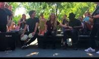 Shakira prisijungia prie gatvės muzikantų