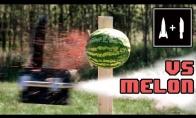 Peilis ant raketos prieš arbūzą