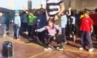 Kūno kultūros mokytojas padeda mergaitei su negalia šokti