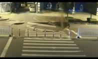 Žioplys su motoroleriu įvažiuoja į smegduobę