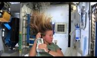 Kaip astronautai plaunasi plaukus