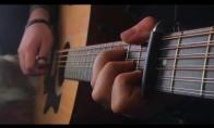 Sostų karų teminė daina, atliekama gitara ir mielas šuo