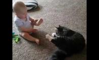 Kūdikis bando nusiprausti kaip katinas