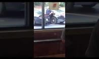 Platus policininkas netelpa į automobilį