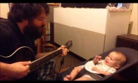 Tėvas dainuoja savo mažam vaikui