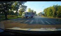 Vairuotojas vos nepartrenkia merginos