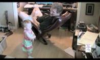 Senelis susikalba su kūdikiu