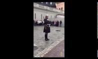 Švedų sargybinis užlipa ant lego