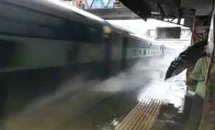 Atsargiai! Atplaukia traukinys!