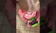 Mergaitė bando žaisti su senu Game Boy kompiuteriu