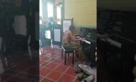 Benamis visus pribloškia atsisėdęs prie pianino