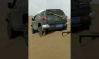 Genialus būdas ištraukti savo automobilį iš smėlio
