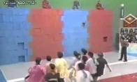 Japonų šou: dėžių siena