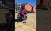 Nepavykusi pamoka važiuoti motociklu