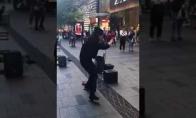 Gatvės muzikantas be jokių instrumentų