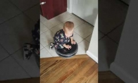 Vaikiškas atrakcionas ant išmanaus dulkių siurblio
