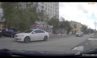 Vairuotojas pabėga nuo griūnančio medžio