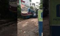Traukinys sumaitoja ne vietoje paliktą mašiną