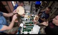 Astronautai valgo picą
