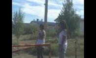 Merginos bando pakelti šlagbaumą