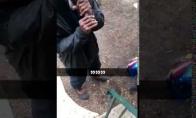 Vyras prisidega cigaretę nykščiu