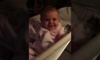 Kūdikis pamato kamerą ir iškart pradeda pozuoti