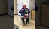 SENAS GERAS: Bjaurus, bet muzikalus Kalėdinis megztinis