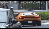 Policininkas sustabdo Lamborghini važiuodamas dviračiu