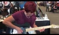Močiutė su gitara