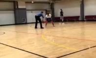 Policininkas brutaliai susidoroja su juodaodžiu