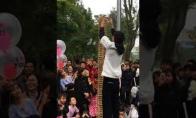 Neatsargus vaikas sugriauna Jenga bokštą