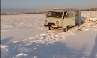 Užstrigęs sniege sunkvežimis