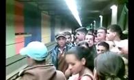Venesueliečiai bando įlipti į metro