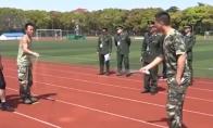 Kinų gaisrininkai šokinėja per virvę