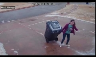 Mergina su konteineriu prieš slidų kalniuką