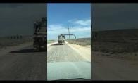 Žioplas vairuotojas su ilga šlanga