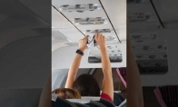 Mergina džiovina kelnaites lėktuve