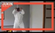 Keistas bičo šokis su darbine apranga