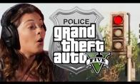 Policininkė žaidžia Grand Theft Auto 5