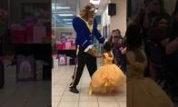 Tėvas nustebino dukrytę specialiu šokiu