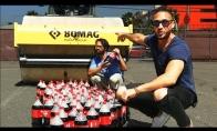 100 kolos butelių traiškymas su steamrolleriu