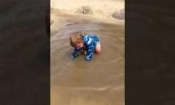 Mažas berniukas džiaugiasi vandeniu