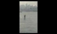 Žmogus plūduriuoja Hadsono upės viduryje