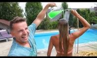 Žiaurus pokštas merginai su limpančiu skysčiu ant plaukų