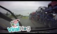 Sunkvežimis numuša stovintį automobilį kaip kokį kėglį