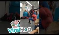 Juokingas persirengėlių šokis metro