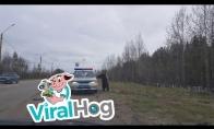 Meška priėjo pasisveikinti su policininkais