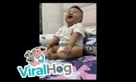 Mažas vaikiukas juokiasi