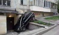 Merginos parkuojasi