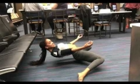 Mergina pralenda pro labai žemas kėdes